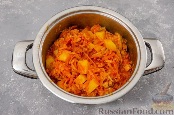 Фото приготовления рецепта: Капуста, тушенная с курицей и картошкой - шаг №13