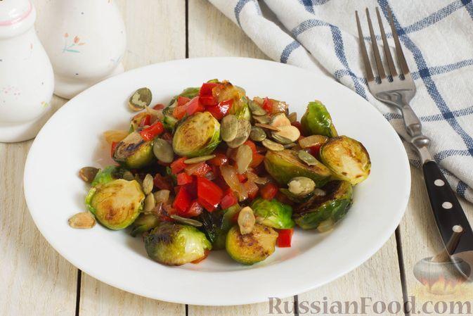 Фото к рецепту: Брюссельская капуста, жаренная с болгарским перцем, луком и тыквенными семечками