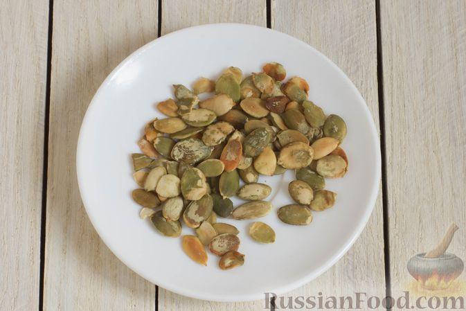 Фото приготовления рецепта: Брюссельская капуста, жаренная с болгарским перцем, луком и тыквенными семечками - шаг №2