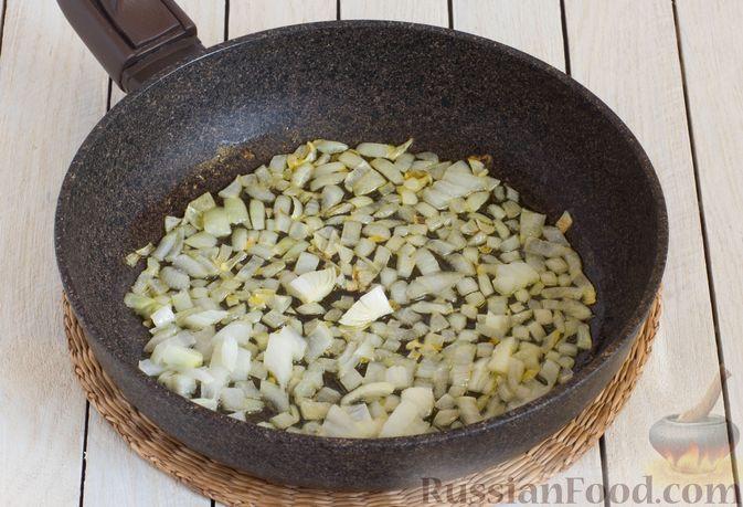Фото приготовления рецепта: Брюссельская капуста, жаренная с болгарским перцем, луком и тыквенными семечками - шаг №4