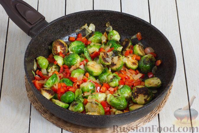 Фото приготовления рецепта: Брюссельская капуста, жаренная с болгарским перцем, луком и тыквенными семечками - шаг №7