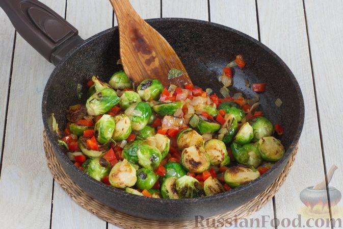 Фото приготовления рецепта: Брюссельская капуста, жаренная с болгарским перцем, луком и тыквенными семечками - шаг №8
