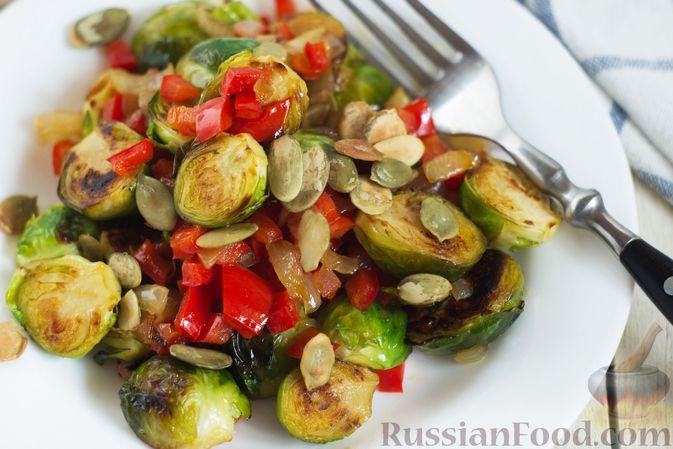 Фото приготовления рецепта: Брюссельская капуста, жаренная с болгарским перцем, луком и тыквенными семечками - шаг №9