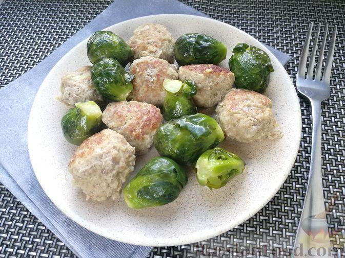 Фото к рецепту: Мясные фрикадельки, тушенные с брюссельской капустой