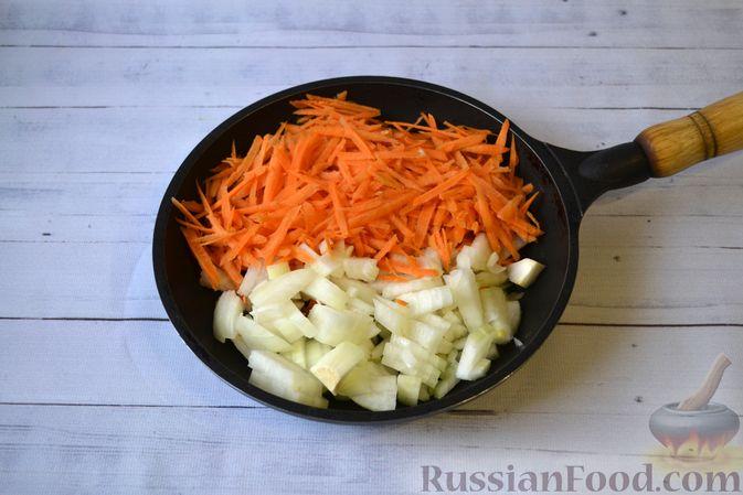 Фото приготовления рецепта: Слоёный салат с куриной печенью, картофелем, морковью и маринованными огурцами - шаг №6