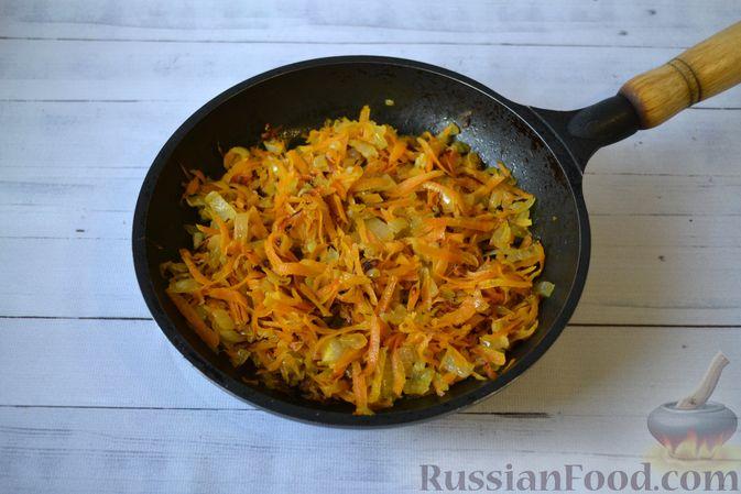 Фото приготовления рецепта: Слоёный салат с куриной печенью, картофелем, морковью и маринованными огурцами - шаг №7