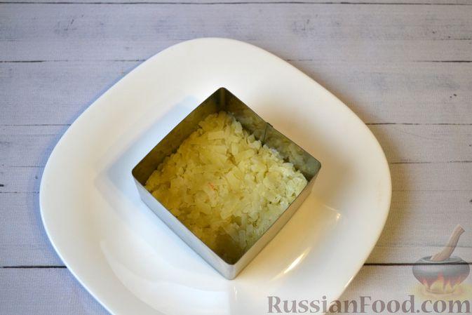 Фото приготовления рецепта: Слоёный салат с куриной печенью, картофелем, морковью и маринованными огурцами - шаг №8