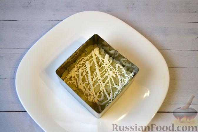 Фото приготовления рецепта: Слоёный салат с куриной печенью, картофелем, морковью и маринованными огурцами - шаг №9