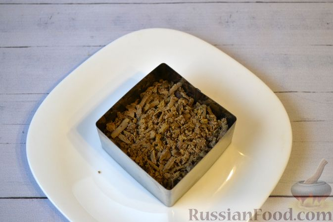 Фото приготовления рецепта: Слоёный салат с куриной печенью, картофелем, морковью и маринованными огурцами - шаг №10