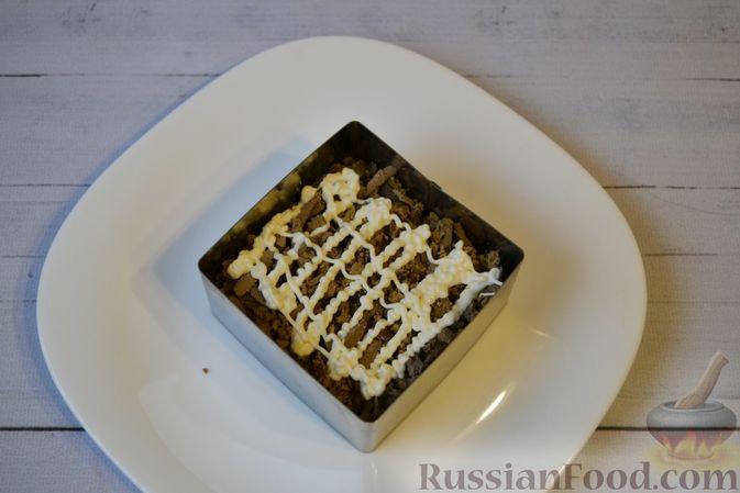 Фото приготовления рецепта: Слоёный салат с куриной печенью, картофелем, морковью и маринованными огурцами - шаг №11