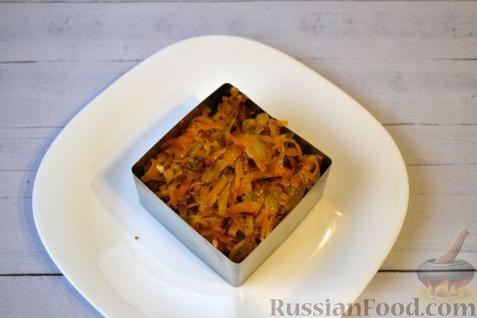 Фото приготовления рецепта: Слоёный салат с куриной печенью, картофелем, морковью и маринованными огурцами - шаг №12