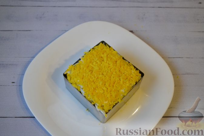 Фото приготовления рецепта: Слоёный салат с куриной печенью, картофелем, морковью и маринованными огурцами - шаг №16