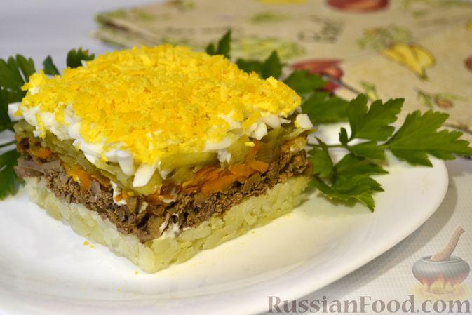 Фото приготовления рецепта: Слоёный салат с куриной печенью, картофелем, морковью и маринованными огурцами - шаг №17