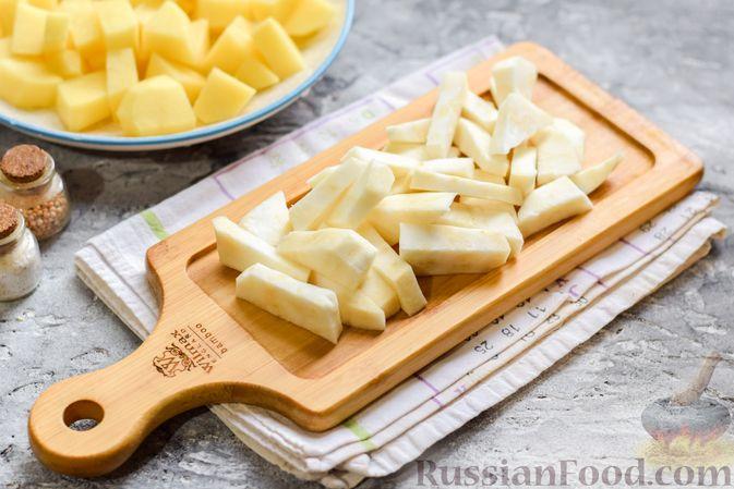 Фото приготовления рецепта: Картофельное пюре с корневым сельдереем и луком - шаг №3