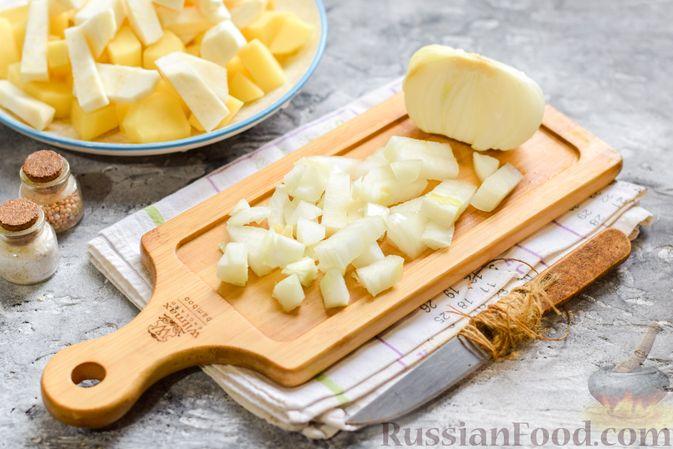 Фото приготовления рецепта: Картофельное пюре с корневым сельдереем и луком - шаг №4