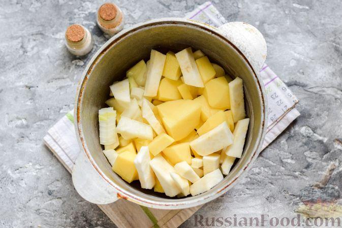 Фото приготовления рецепта: Картофельное пюре с корневым сельдереем и луком - шаг №5