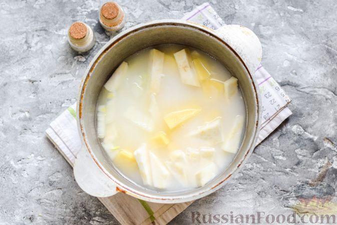 Фото приготовления рецепта: Картофельное пюре с корневым сельдереем и луком - шаг №6