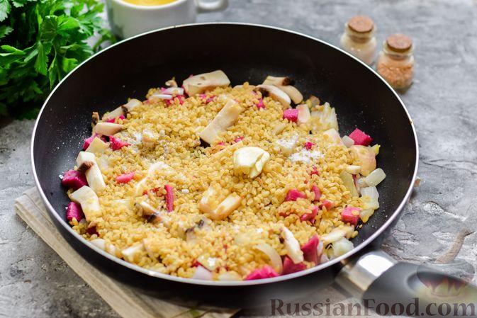 Фото приготовления рецепта: Булгур с грибами и репой - шаг №6
