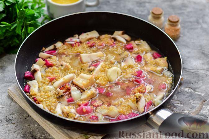 Фото приготовления рецепта: Булгур с грибами и репой - шаг №7