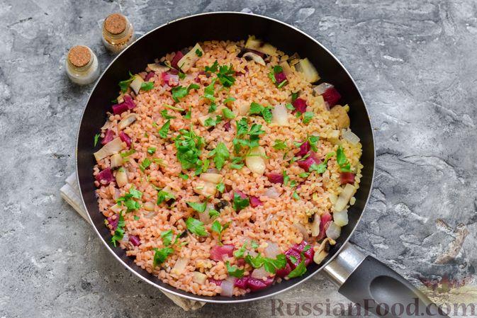 Фото приготовления рецепта: Булгур с грибами и репой - шаг №8