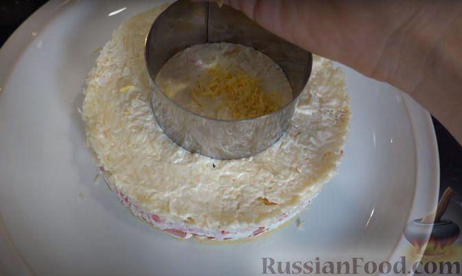 Фото приготовления рецепта: Слоёный салат с креветками и крабовыми палочками - шаг №5