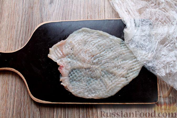 Фото приготовления рецепта: Куриные рулетики с ветчиной и моцареллой в томатном соусе - шаг №2