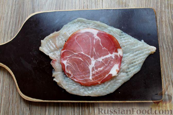 Фото приготовления рецепта: Куриные рулетики с ветчиной и моцареллой, тушенные в томатном соусе - шаг №3