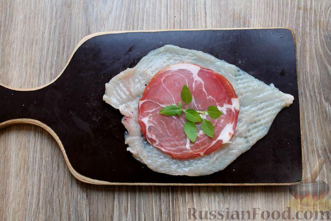 Фото приготовления рецепта: Куриные рулетики с ветчиной и моцареллой, тушенные в томатном соусе - шаг №4