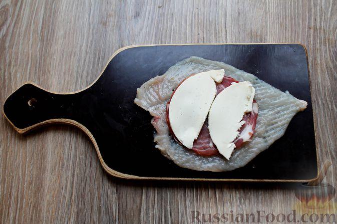 Фото приготовления рецепта: Куриные рулетики с ветчиной и моцареллой, тушенные в томатном соусе - шаг №5