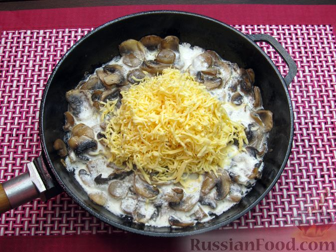 Фото приготовления рецепта: Булгур со сливочно-грибным соусом - шаг №11