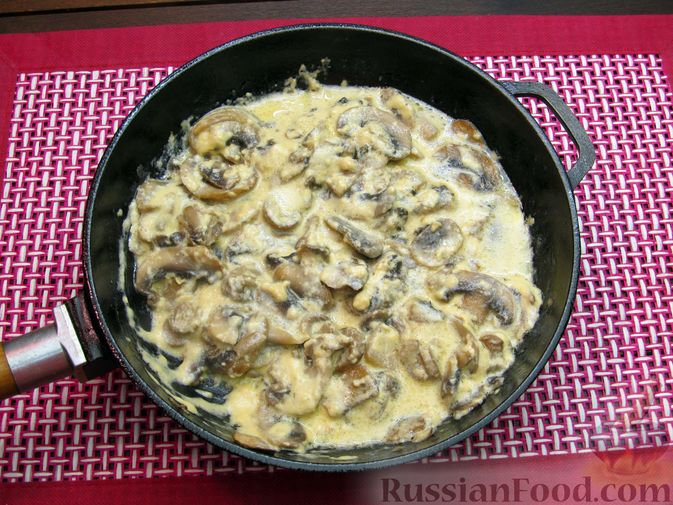 Фото приготовления рецепта: Булгур со сливочно-грибным соусом - шаг №12