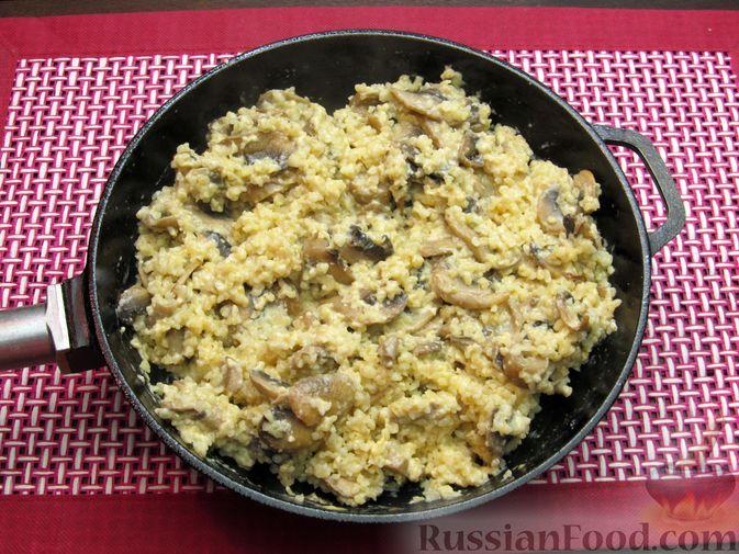 Фото приготовления рецепта: Булгур со сливочно-грибным соусом - шаг №14