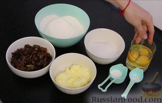 """Фото приготовления рецепта: Кекс с изюмом """"Столичный"""" - шаг №1"""