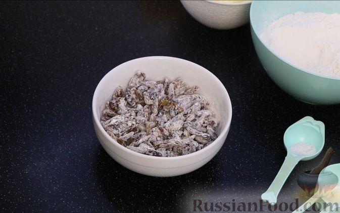 """Фото приготовления рецепта: Кекс с изюмом """"Столичный"""" - шаг №2"""
