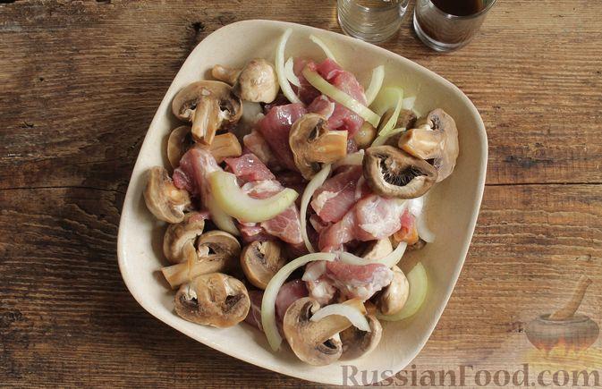 Фото приготовления рецепта: Запечённая свинина с картофелем и грибами (в рукаве) - шаг №3