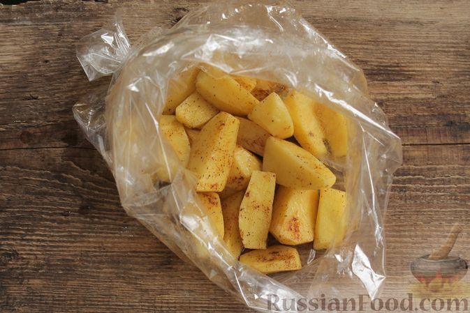 Фото приготовления рецепта: Запечённая свинина с картофелем и грибами (в рукаве) - шаг №6