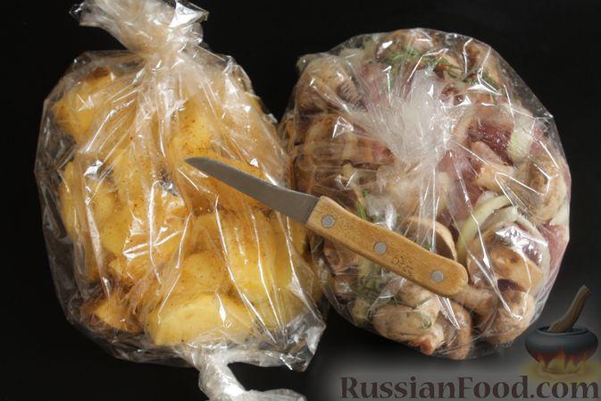 Фото приготовления рецепта: Запечённая свинина с картофелем и грибами (в рукаве) - шаг №7
