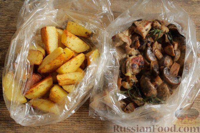 Фото приготовления рецепта: Запечённая свинина с картофелем и грибами (в рукаве) - шаг №8
