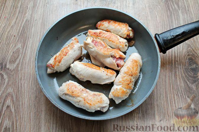 Фото приготовления рецепта: Куриные рулетики с ветчиной и моцареллой, тушенные в томатном соусе - шаг №8