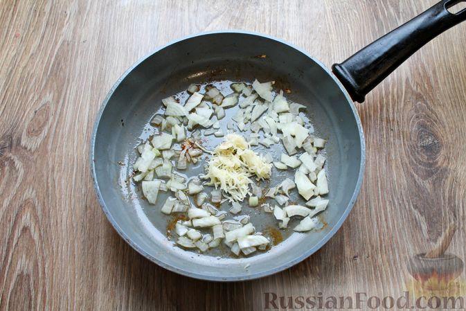 Фото приготовления рецепта: Куриные рулетики с ветчиной и моцареллой в томатном соусе - шаг №9