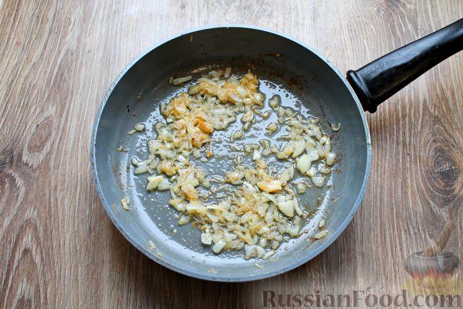 Фото приготовления рецепта: Куриные рулетики с ветчиной и моцареллой в томатном соусе - шаг №10
