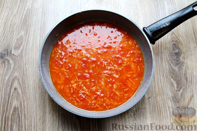 Фото приготовления рецепта: Куриные рулетики с ветчиной и моцареллой в томатном соусе - шаг №13