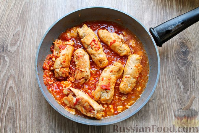 Фото приготовления рецепта: Куриные рулетики с ветчиной и моцареллой, тушенные в томатном соусе - шаг №16
