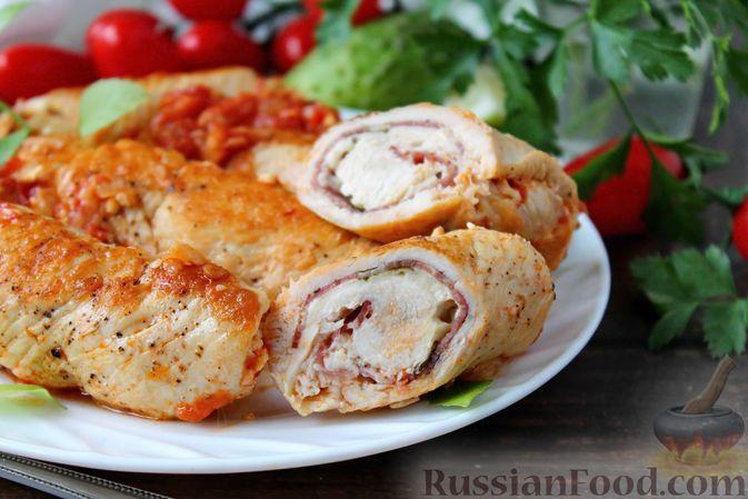 Фото приготовления рецепта: Куриные рулетики с ветчиной и моцареллой, тушенные в томатном соусе - шаг №17