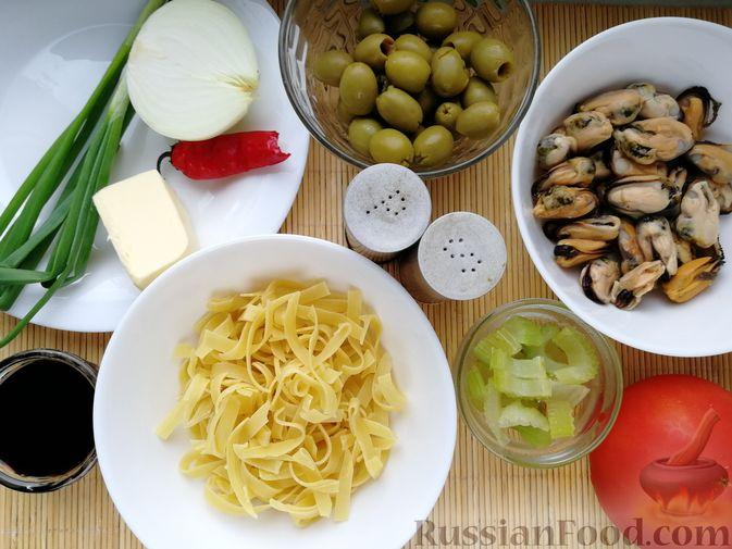 Фото приготовления рецепта: Суп с мидиями, лапшой и овощами, на курином бульоне - шаг №3