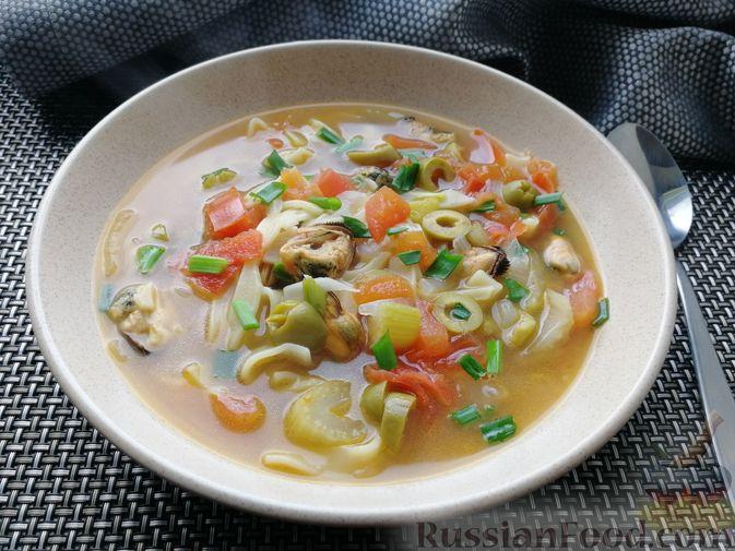 Фото к рецепту: Суп с мидиями, лапшой и овощами, на курином бульоне