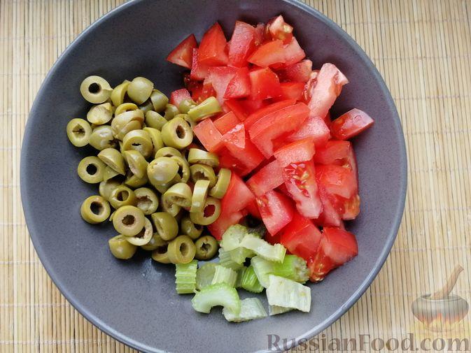 Фото приготовления рецепта: Суп с мидиями, лапшой и овощами, на курином бульоне - шаг №7