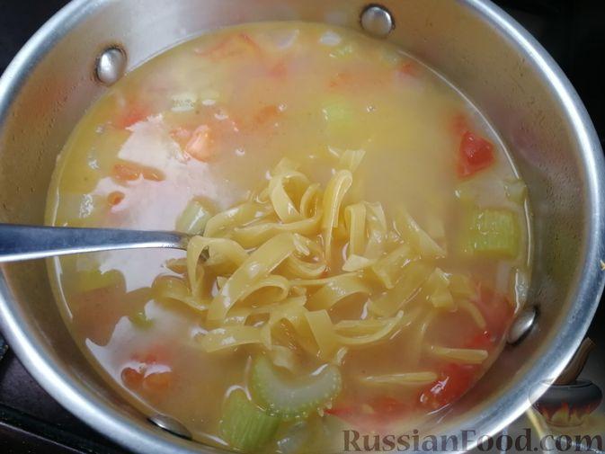 Фото приготовления рецепта: Суп с мидиями, лапшой и овощами, на курином бульоне - шаг №9