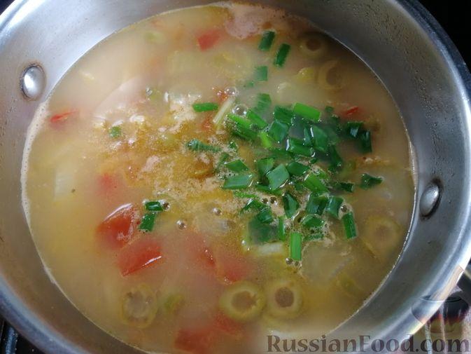 Фото приготовления рецепта: Суп с мидиями, лапшой и овощами, на курином бульоне - шаг №10