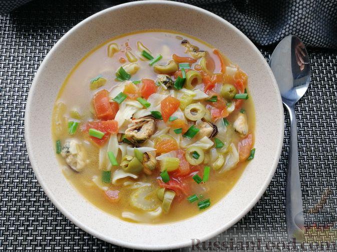 Фото приготовления рецепта: Суп с мидиями, лапшой и овощами, на курином бульоне - шаг №11